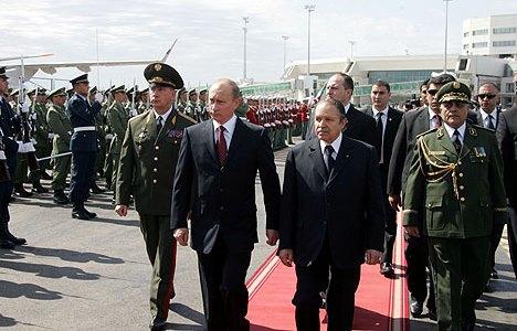 בוטפליקה מקבל את פניו של פוטין בביקור ההיסטורי של 2006 - אלג'יריה רוכשת נשק רוסי במיליארדים. צילום: הקרמלין