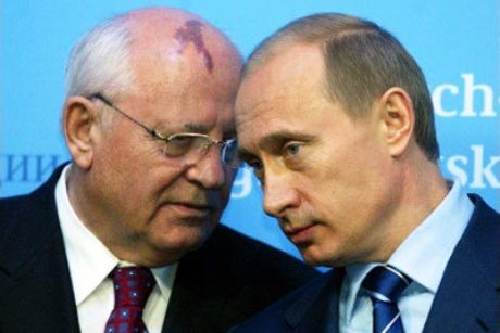 פוטין עם גורבצ'וב - מחפש להקים מחדש את ברית המועצות או פשוט להגן על ביטחונה של רוסיה? צילום: הקרמלין