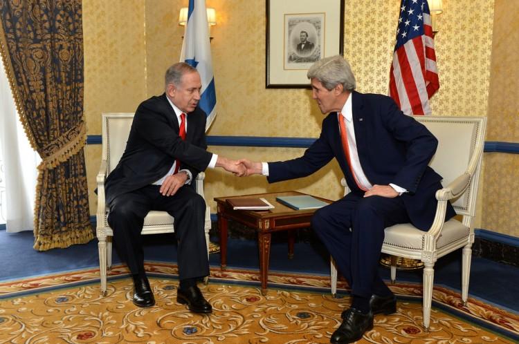 """מזכיר המדינה קרי עם נתניהו – האשים את ישראל בכשלון המו""""מ. צילום: מחלקת המדינה האמריקנית"""