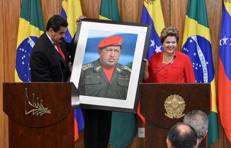 ניקולס מדורו מעניק תמונה של צ'אבז לנשיאת ברזיל רוסף – הנשיא החדש מתקשה להיכנס לנעליים הגדולות של קודמו. צילום: אייג'נסיה ברזיל